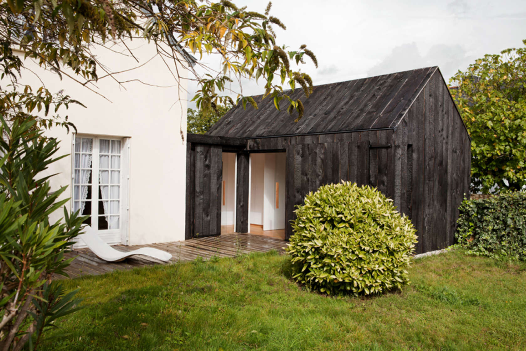 maison en bois br l architizer. Black Bedroom Furniture Sets. Home Design Ideas